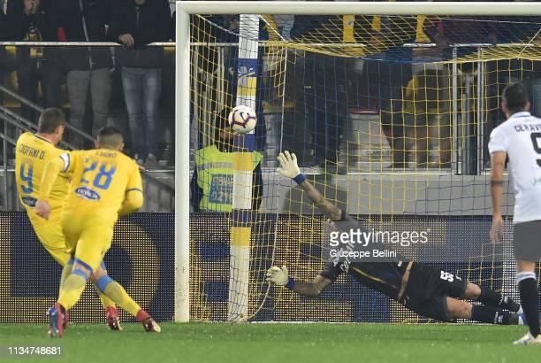 Daniel Ciofani of Frosinone Calcio kicks the penalty and scores goal 3-2 during the Serie A match between Frosinone Calcio and Parma Calcio at Stadio...