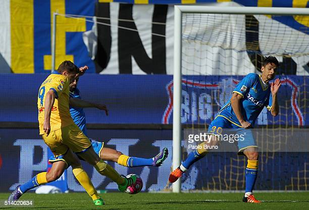 Daniel Ciofani of Frosinone Calcio scores the opening goal during the Serie A match between Frosinone Calcio and Udinese Calcio at Stadio Matusa on...