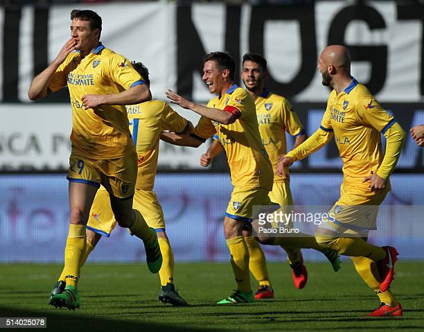 Daniel Ciofani with his teammates of Frosinone Calcio celebrates after scoring the opening goal during the Serie A match between Frosinone Calcio and...