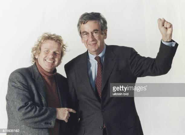 Daniel CohnBendit Bündnis 90/Die Grünen und der Kulturminister Michael Naumann während einer Fotosession im Studio