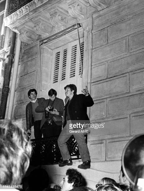 Daniel CohnBendit perché sur le rebord d'une fenêtre lors de la manifestation du futur Mouvement du 22Mars le 20 mars 1968 à Paris France