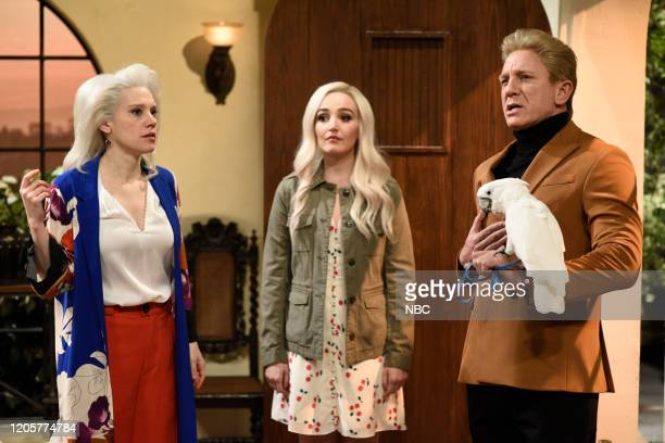 LIVE Daniel Craig Episode 1782 Pictured Kate McKinnon as Debranike Chloe Fineman as Stacia and host Daniel Craig as Blaise during the Sands of...