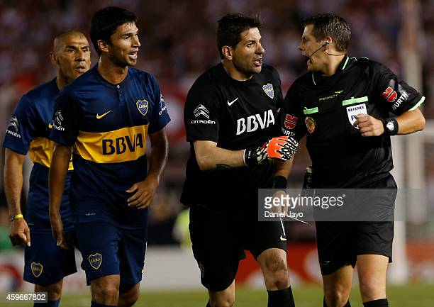 Daniel Diaz of Boca Juniors Leandro Marin of Boca Juniors and Agustin Orion of Boca Juniors complains to Referee German Delfino during a second leg...