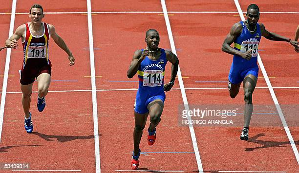 Daniel Grueso de Colombia cruza la meta para ganar medalla de oro en 100 m planos durante los XV Juegos Bolivarianos en la ciudad de Armenia...