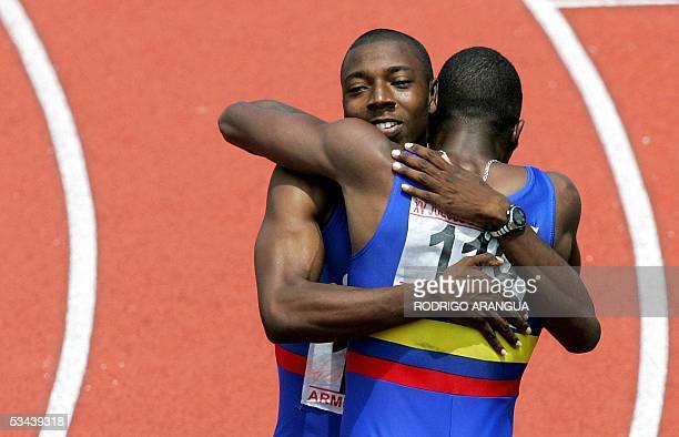 Daniel Grueso de Colombia es abrazado por su compatriota Eduardo Mena luego de ganar medalla de oro en 100 m planos durante los XV Juegos...