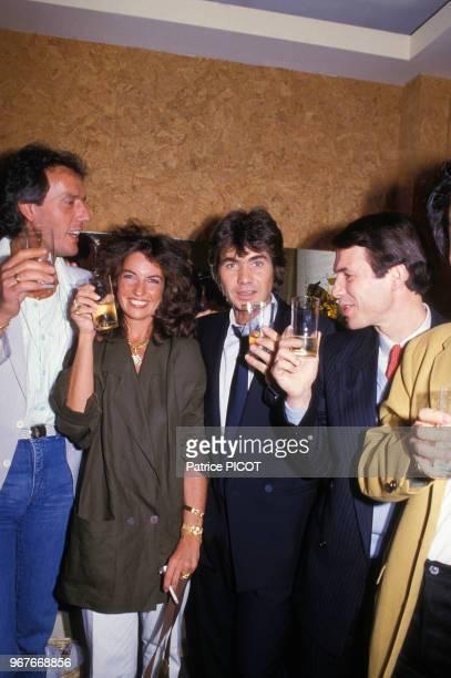 Daniel Guichard dans sa loge à l'Olympia en compagnie de sa femme et de Salvatore Adamo àprès son spectacle le 15 mai 1985 paris france