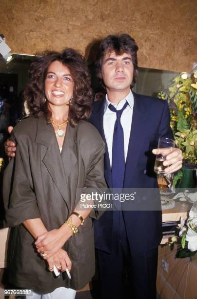 Daniel Guichard dans sa loge à l'Olympia en compagnie de sa femme et d'amis à près son spectacle le 15 mai 1985 paris france