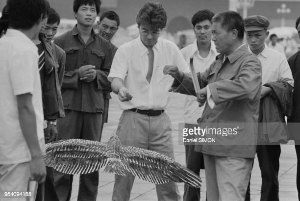 Daniel Guichard essai un cerfvolant lors de sa visite de la Cité Interdite à Pékin le 8 spetembre 1983 Chine