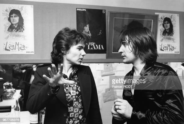 Daniel Guichard félicite Serge Lama après son concert au Palais des Congrès le 17 janvier 1975 à Paris France