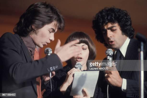 Daniel Guichard Mireille Mathieu et Enrico Macias lors d'un gala aux Folies Bergère le 25 mars 1977 à Paris France