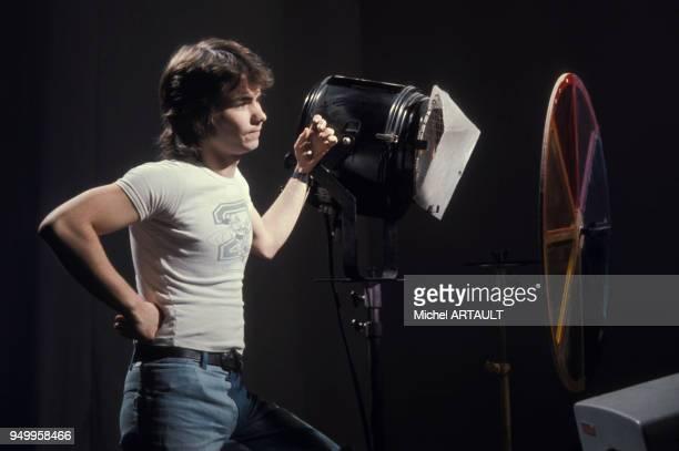 Daniel Guichard sur un plateau de télévision circa 1970 en France