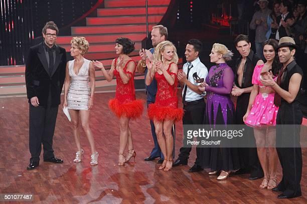 """Daniel Hartwich, Sylvie van der Vaart , Moritz A. Sachs mit Tanzpartnerin Melissa Ortiz-Gomez, Thomas Karaoglan alias """"Der Checker"""" mit Tanzpartnerin..."""