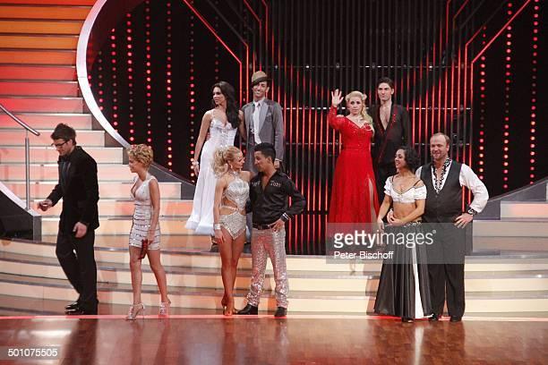 """Daniel Hartwich, Sylvie van der Vaart , Thomas Karaoglan alias """"Der Checker"""" mit Tanzpartnerin Sarah Latton, Moritz A. Sachs mit Tanzpartnerin..."""