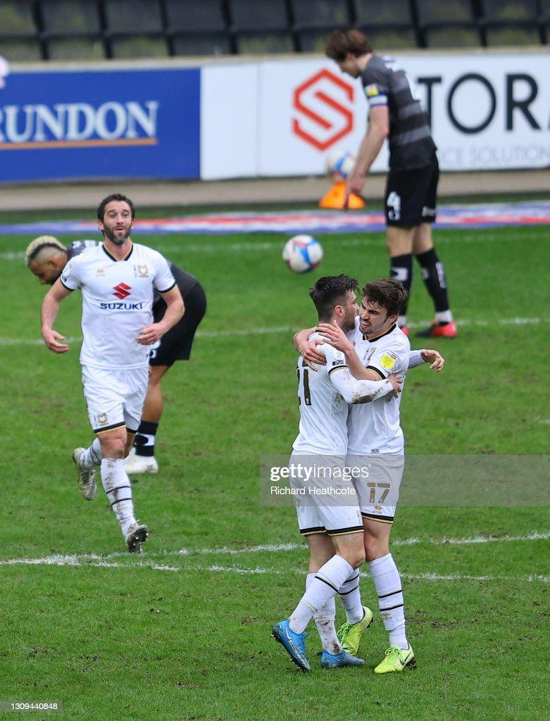 Milton Keynes Dons v Doncaster Rovers - Sky Bet League One : Fotografía de noticias