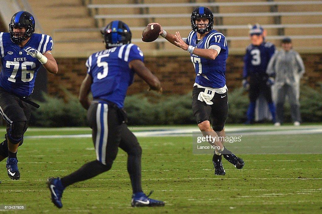 Daniel Jones #17 looks to pass to Johnathan Lloyd #5 of the Duke Blue Devils at Wallace Wade Stadium on October 8, 2016 in Durham, North Carolina.