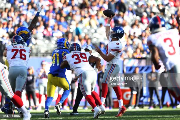 Daniel Jones of the New York Giants in action against the Los Angeles Rams during a game at MetLife Stadium on October 17, 2021 in East Rutherford,...