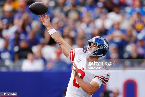 Daniel Jones of the New York Giants passes the ball during the first half against the Los Angeles Rams at MetLife Stadium on October 17, 2021 in East...