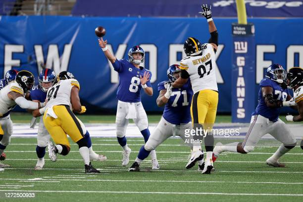 Daniel Jones of the New York Giants throws a pass against the Pittsburgh Steelers during the first quarter in the game at MetLife Stadium on...