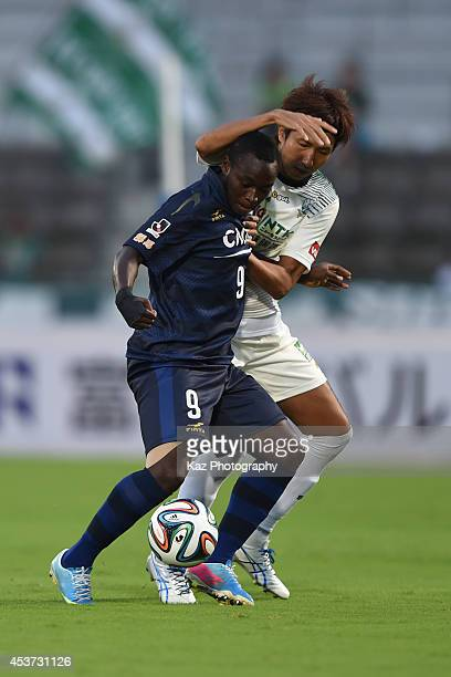 Daniel Lovinho of Thespakusatsu Gunma keeps the ball under the pressure from Hideyuki Nakamura of FC Gifu during the J League 2nd division match...