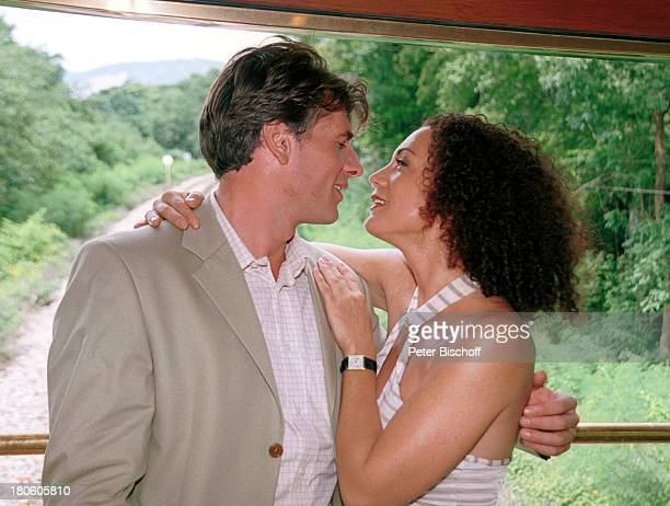 "Daniel Morgenroth, Barbara Wussow, Dreh zu ZDF-Film ""Singapur Express"", Asien, Kwai, Fenster, Zug, Eisenbahn, P.- Nr.: 740/2001,"