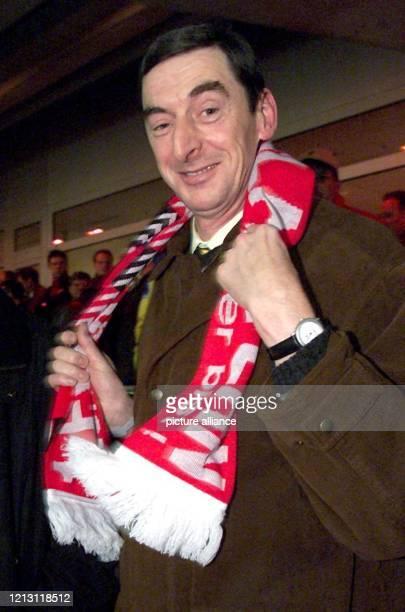 Daniel Nivel zu Gast in Kaiserslautern: Der französische Gendarm hängt sich am 9.12.1999 zu Beginn der Partie des 1. FC gegen den RC Lens einen...