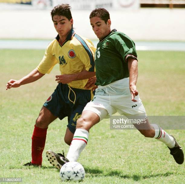 Daniel Osorno of Mexico fights for the ball with Carlos Giraldo from Colombia 17 August during a soccer game in the Pachencho Romero Stadium in...