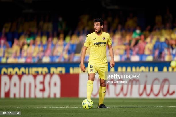 Daniel Parejo of Villarreal CF controls the ball during the La Liga Santander match between Villarreal CF and Sevilla FC at Estadio de la Ceramica on...