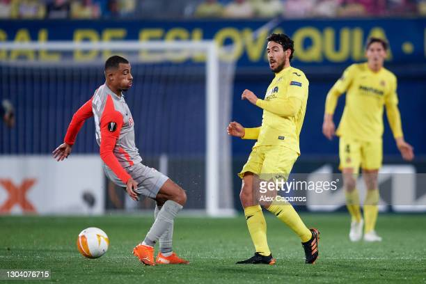 Daniel Parejo of Villarreal CF plaus the ball past Antoine Bernede of RB Salzburg during the UEFA Europa League Round of 32 second leg match between...