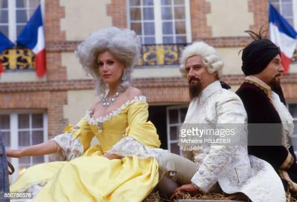Daniel Prévost Catherine Alric et Jean Poiret sur le tournage du film 'Liberté Égalité Choucroute' réalisé par Jean Yanne en septembre 1984 France