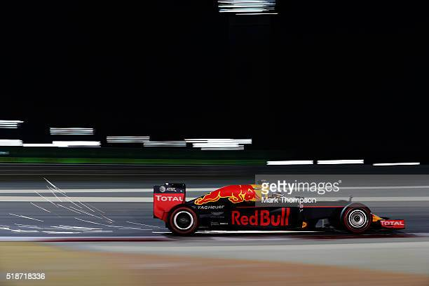 Daniel Ricciardo of Australia drives the Red Bull Racing Red BullTAG Heuer RB12 TAG Heuer on track during qualifying for the Bahrain Formula One...