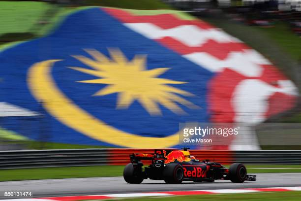 Daniel Ricciardo of Australia driving the Red Bull Racing Red BullTAG Heuer RB13 TAG Heuer on track during the Malaysia Formula One Grand Prix at...