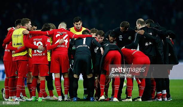 Daniel Stendel head coach of Hannover and his team stand in a circle after the the Bundesliga match between Hertha BSC and Hannover 96 at...