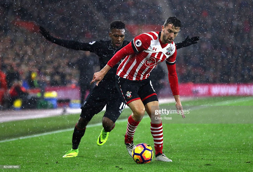 Daniel Sturridge of Liverpool (L) chases Jay Rodriguez of Southampton (R) during the Premier League match between Southampton and Liverpool at St Mary's Stadium on November 19, 2016 in Southampton, England.
