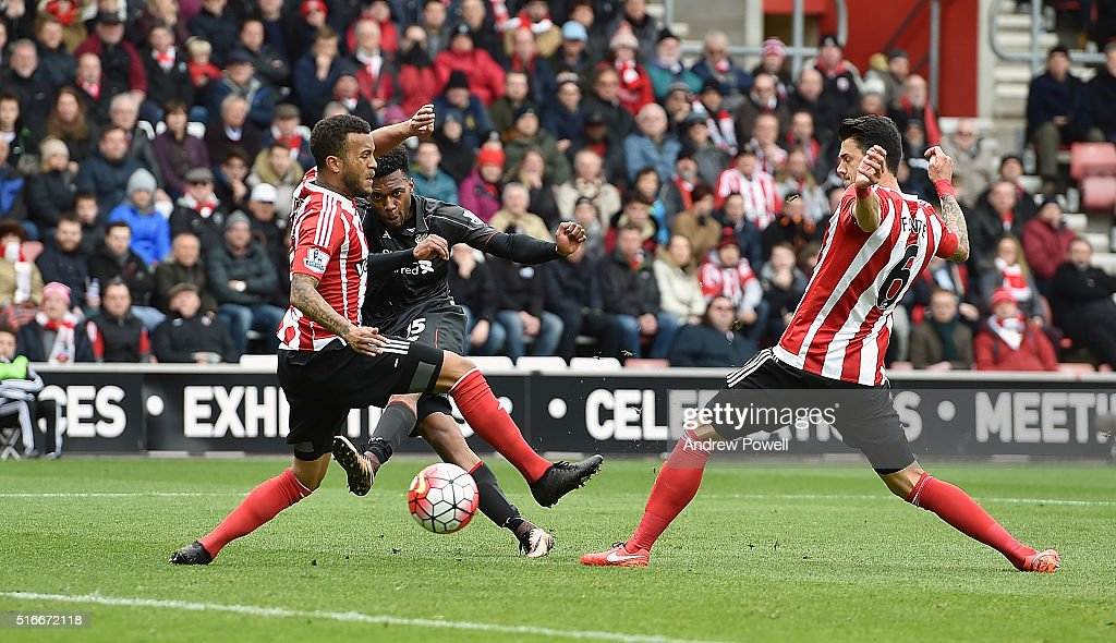 Daniel Sturridge of Liverpool scores the second during the Barclays Premier League match between Southampton and Liverpool at St Mary's Stadium on March 20, 2016 in Southampton, United Kingdom.
