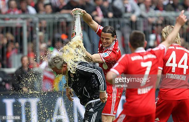 Daniel VAN BUYTEN FC Bayern München bechüttet Trainer Jupp Heynckes FC Bayern München 1 Bundesliga Fussball FC Bayern München - FC Augsburg Deutscher...