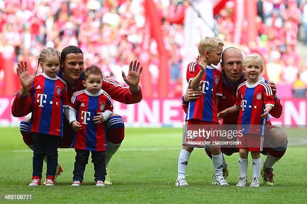 Daniel Van Buyten of Bayern Muenchen with children LouAnn and LeeRoy and Arjen Robben of Bayern Muenchen with children Luka and Lynn prior to the...
