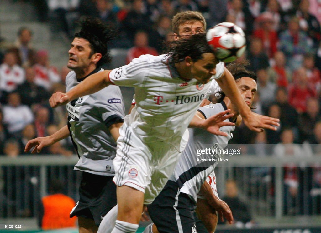 Daniel van Buyten (C) of Muenchen heads for the ball with Vincenzo Iaquinta (L) and Mauro Camoranesi of Juventus during the UEFA Champions League Group A match between FC Bayern Muenchen and Juventus Turin at Allianz Arena on September 30, 2009 in Munich, Germany.