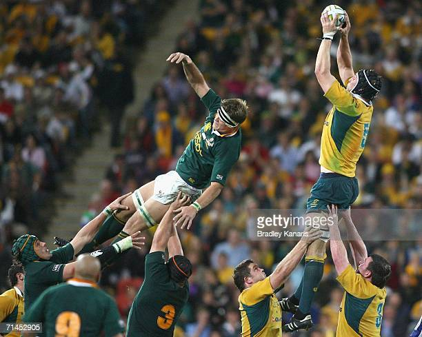 Daniel Vickerman of the Wallabies wins the line out during the 2006 Tri Nations series Mandela plate match between Australia and South Africa at...