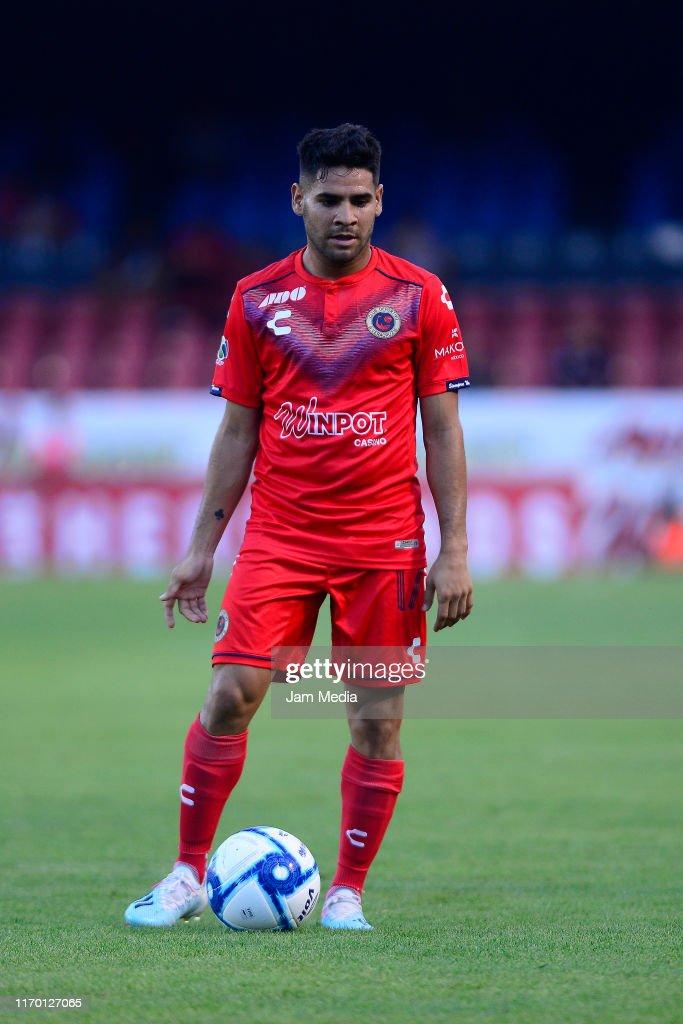Daniel Villalva of Veracruz controls the ball during the 6th round... News  Photo - Getty Images