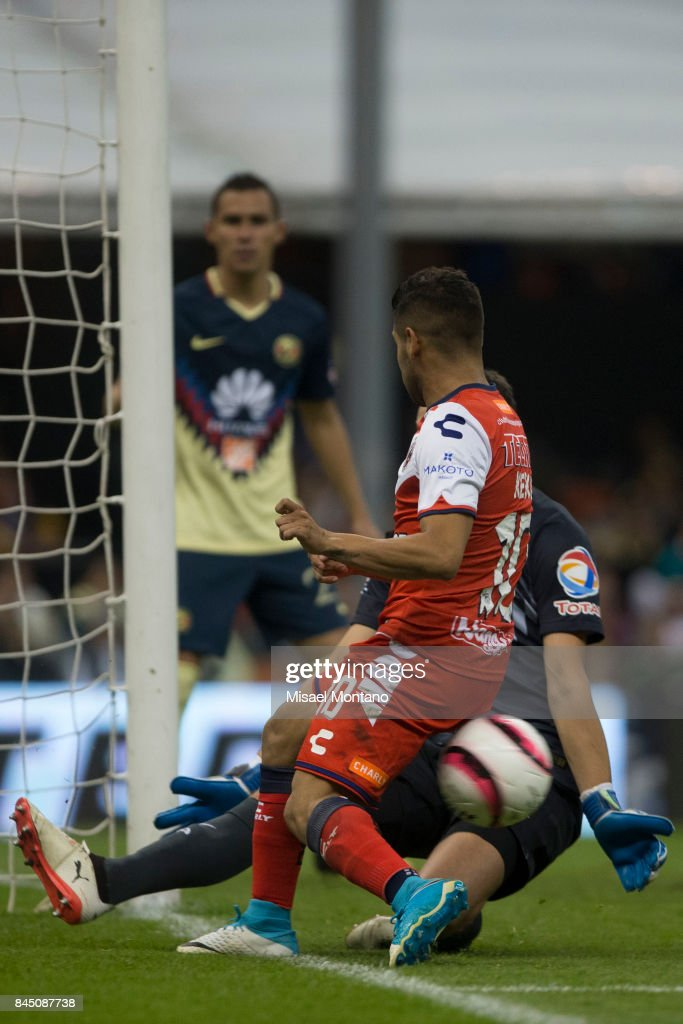 Daniel Villalva of Veracruz tries to score against Agustin Marchesin goalkeeper of America during the 8th round match between America and Veracruz as part of the Torneo Apertura 2017 Liga MX at Azteca Stadium on September 09, 2017 in Mexico City, Mexico.