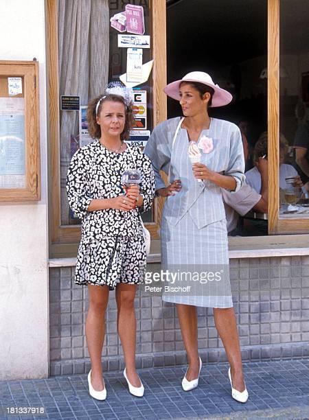 "Daniela Lohmeyer, Sandra Kreisler , ZDF-Serie ""Hotel Paradies"", Insel Mallorca, Balearen, Spanien, Europa, Hut, Tasche, Haarband, Speiseeis,..."