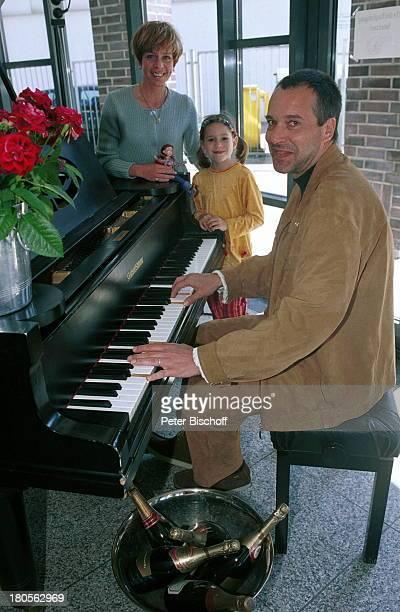 Daniela Lohmeyer, Tochter Lea-Marie,;Ehemann Christoph Schobesberger, Urlaub,;10. Hochzeitstag, Timmendorfer Strand,;Ostsee, Klavier, Champagner,...