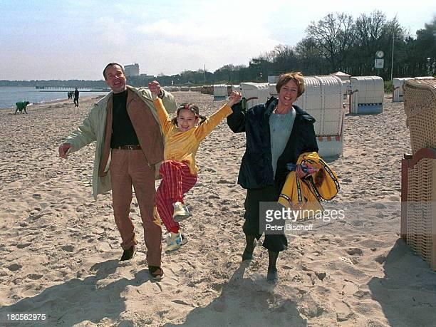 Daniela Lohmeyer, Tochter Lea-Marie,;Ehemann Christoph Schobesberger, Urlaub,;10. Hochzeitstag, Timmendorfer Strand,;Ostsee, Strandkorb, Strand,...