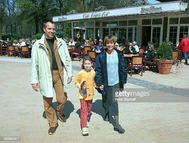 Daniela Lohmeyer, Tochter Lea-Marie,;Ehemann Christoph Schobesberger, Urlaub,;10. Hochzeitstag, Timmendorfer Strand,;Ostsee, Strand, Cafe, Puppe...
