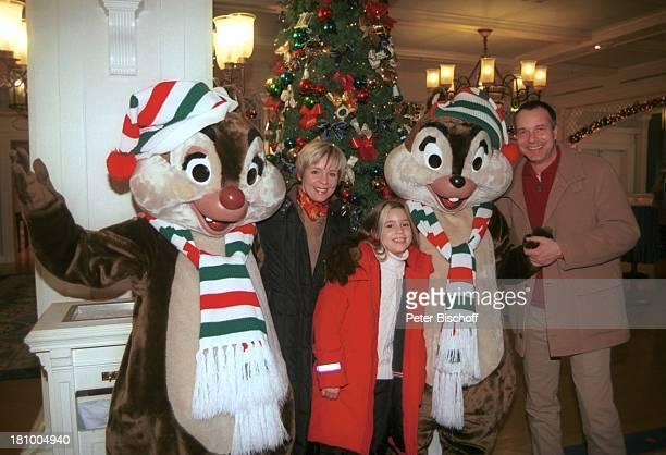 Daniela Lohmeyer,Tochter Lea-Maria, Ehemann Christoph Schobesberger, Disneyland Paris, Frankreich, Urlaub, Disneyland Park, , A-Hörnchen, B-Hörnchen,...