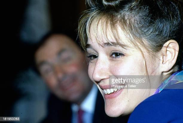 Daniela Lumbroso, TF1 presenter during a dinner in 1990, Paris, France Daniela Lumbroso, présentatrice à TF1 au cours d'un diner Paris, France,