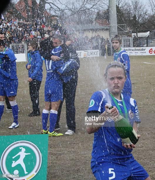 """Daniela Löwenberg bei """"Champagnerdusche"""" , Karl-Liebknecht-Stadion, Potsdam, Brandenburg, Deutschland, Europa, feiern, Freude, Jubel, Plakette,..."""