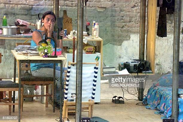 Daniela Tobar a theater student is living in a glass house as part of a performance art program Daniela Tobar estudiante de teatro se maquilla como...