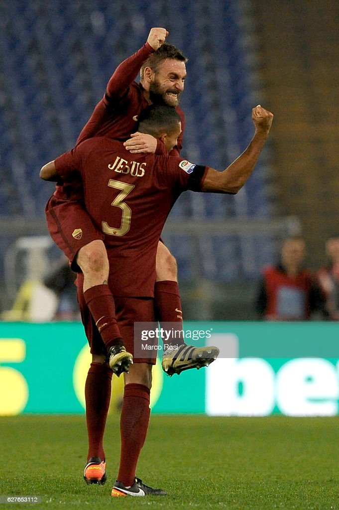 Daniele De Rossi and Juan Jesus celebrates a winner after the Serie A match between SS Lazio and AS Roma at Stadio Olimpico on December 4, 2016 in Rome, Italy.