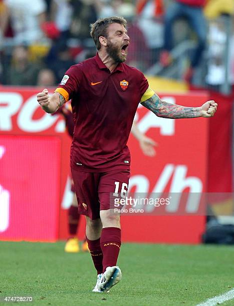 Daniele De Rossi of AS Roma celebrates after the opening goal scored by Juan Pablo Iturbe during the Serie A match between SS Lazio and AS Roma at...